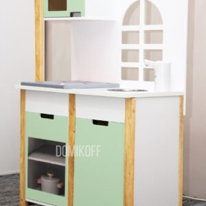 Детская деревянная кухня в зеленом цвете